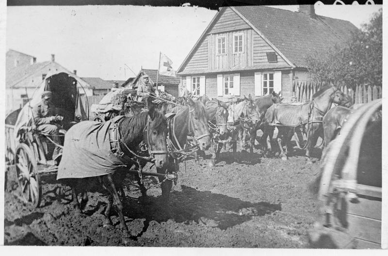 Convoi d'approvisionnement allemand formé de voitures polonaises réquisitionnées auprès des paysans