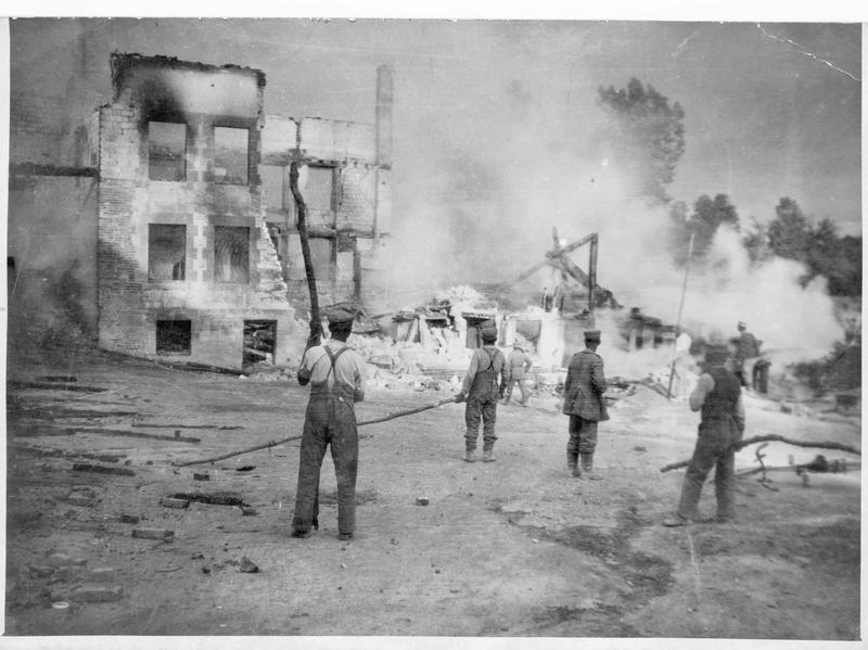 Soldats allemands éteignant l'incendie d'un village causé par un bombardement ennemi, sur le front occidental