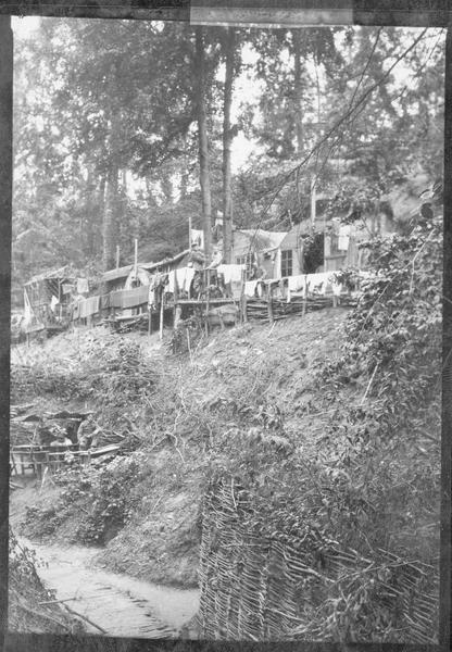 Campement de l'armée allemande dans une forêt du front occidental. Vue des abris et de la rue
