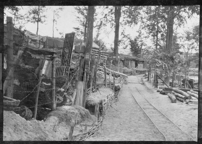 Parc de pionniers de l'armée allemande dans une forêt du front occidental