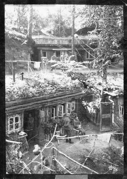 Villas d'officiers d'état-major allemands, dans un camp d'une forêt du front occidental