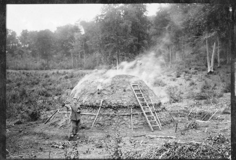 Fabrication de charbon de bois dans une forêtsur le front occidental