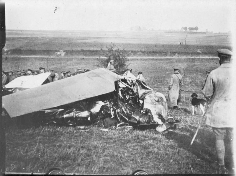 Enlèvement de la carcasse d'un avion anglais abattu sur le front occidental