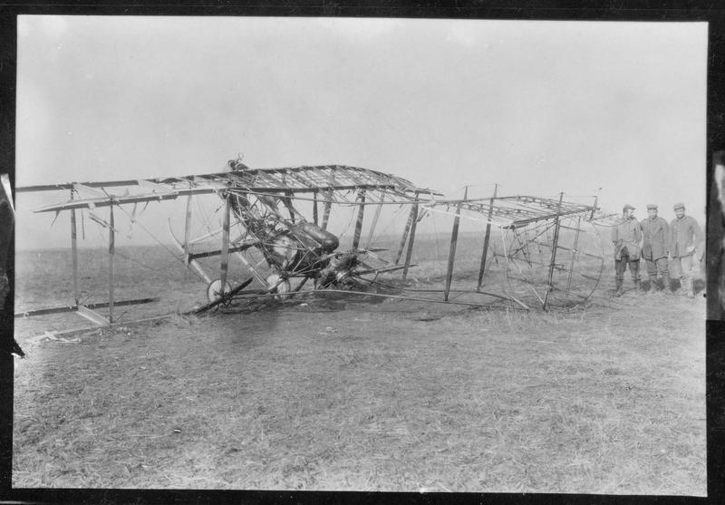 Biplan français descendu dans un combat aérien, derrière la ligne de combat allemande