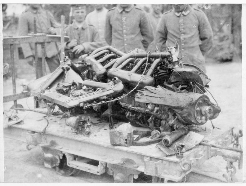 Moteur d'un avion ennemi descendu, transporté à l'arrière des lignes allemandes