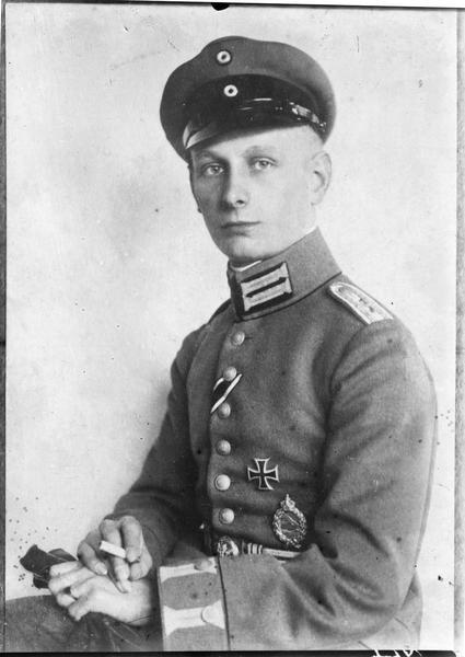Portrait du Lieutenant Gustav Leffers, aviateur allemand, qui vient d'être tué