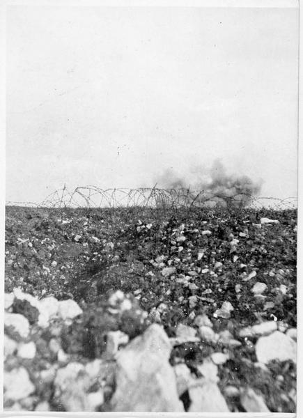 Bombardement par l'artillerie française d'une position allemande défendue par de hauts réseaux de fils de fer barbelé, sur le front occidental