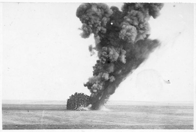 Formidable explosion de bombes en terrain libre, devant les positions allemandes