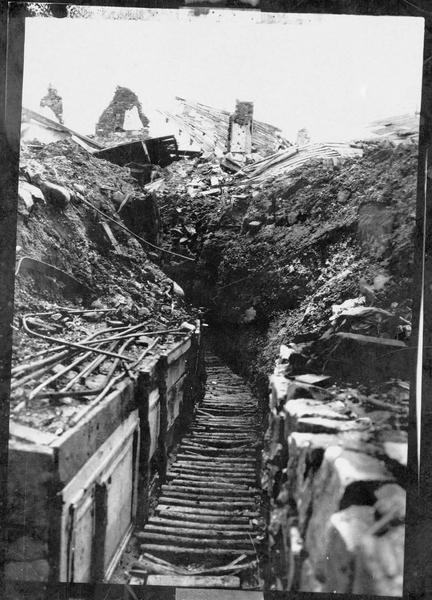 Tranchée allemande creusée sous les ruines d'un village français