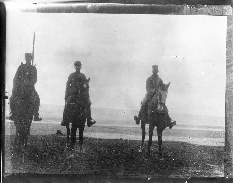 Officiers français des troupes d'Afrique, sur des chevaux pris aux Allemands