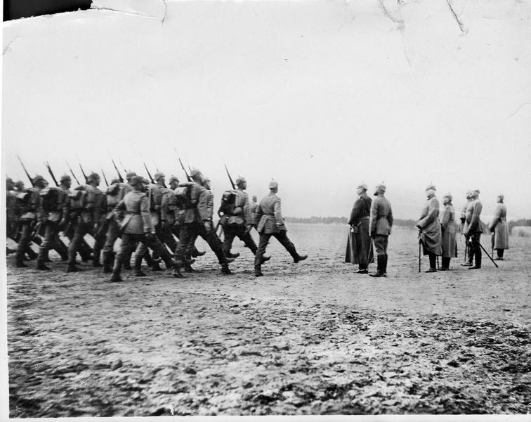 Le pas de parade devant le Kaiser pendant un de ses séjours sur le front occidental