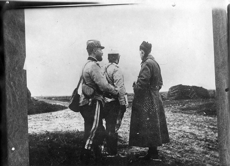 Officiers d'état major français et anglais conférant, avant l'engagement d'une action