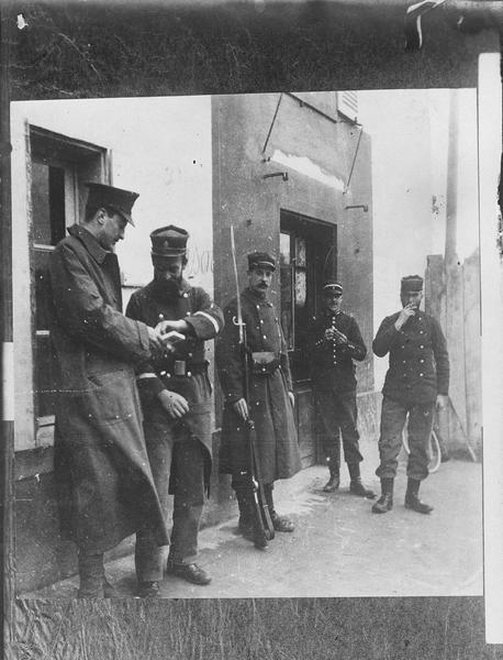 Officier anglais offrant des cigarettes à un soldat français