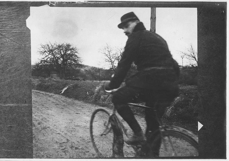 Cycliste porteur de dépêches françaises près de la ligne de feu