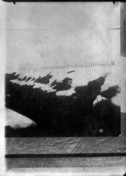 Tranchée protégée par des fils de fer, sur le front français