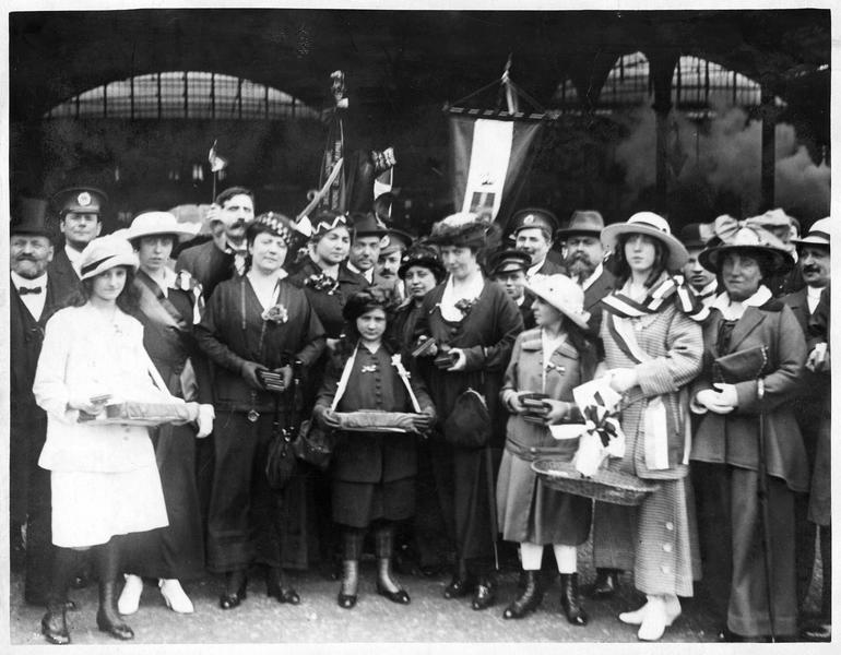 A Victoria station, des jeunes filles distribuent des cigares et des cigarettes aux soldats, avant leur départ pour le front