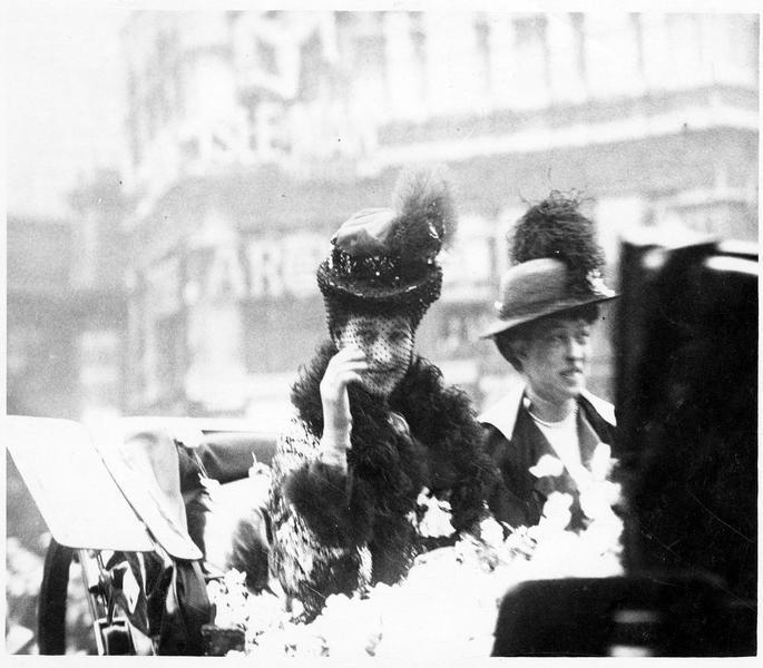 Rose Day. La reine Alexandra traversant la ville pour visiter les principaux points de vente des roses