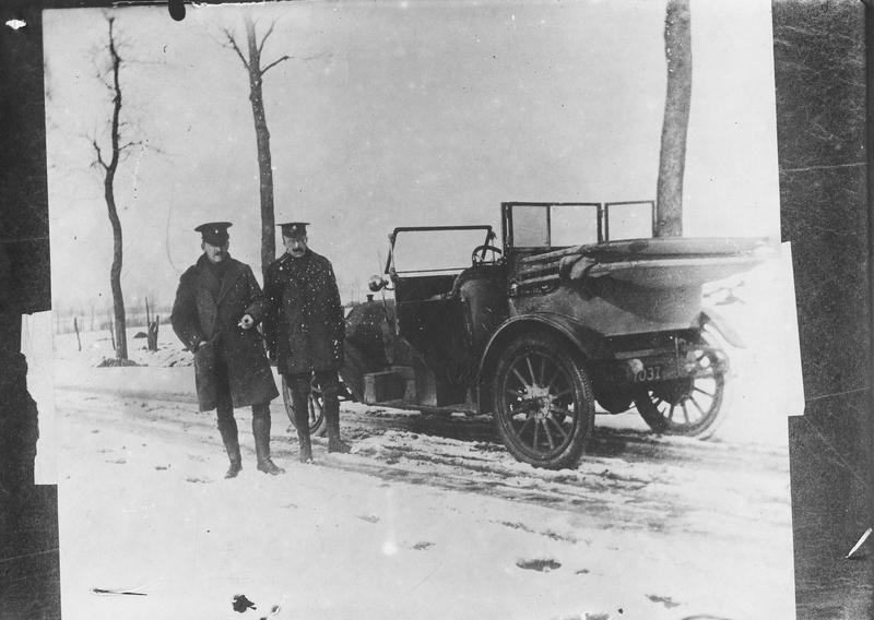 Deux Américains de la Croix-Rouge mis à disposition d'un hôpital anglais en France, qui soigne les blessés au Front