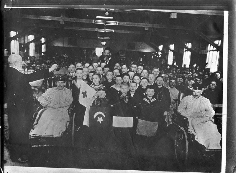 Jeunes choristes au milieu de soldats convalescents