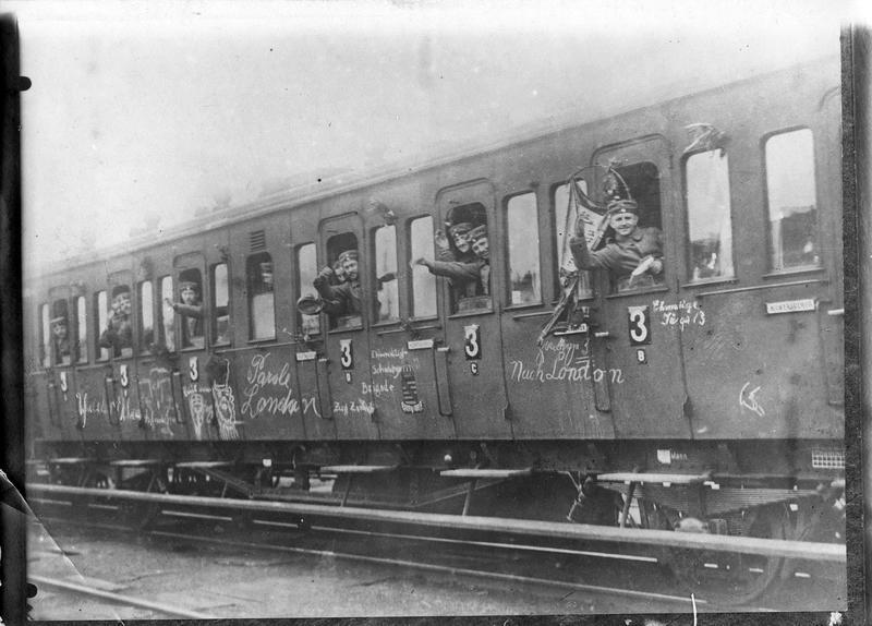 Train remplis de soldats partant au front, avec sur les wagons des graffitis «Nach London»