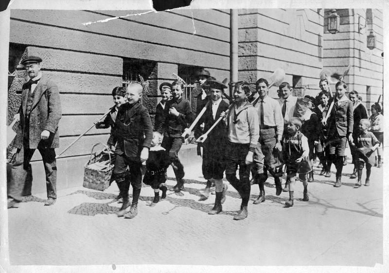 Les enfants d'une école de Berlin partent avec leur instituteur à la campagne pour la culture des pommes de terre