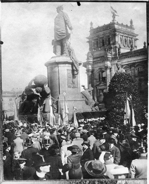 Manifestation devant la statue de Bismarck. Transmis en avril 1915