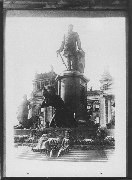 Bethmann Hollweg dépose une couronne devant le monument de Bismarck