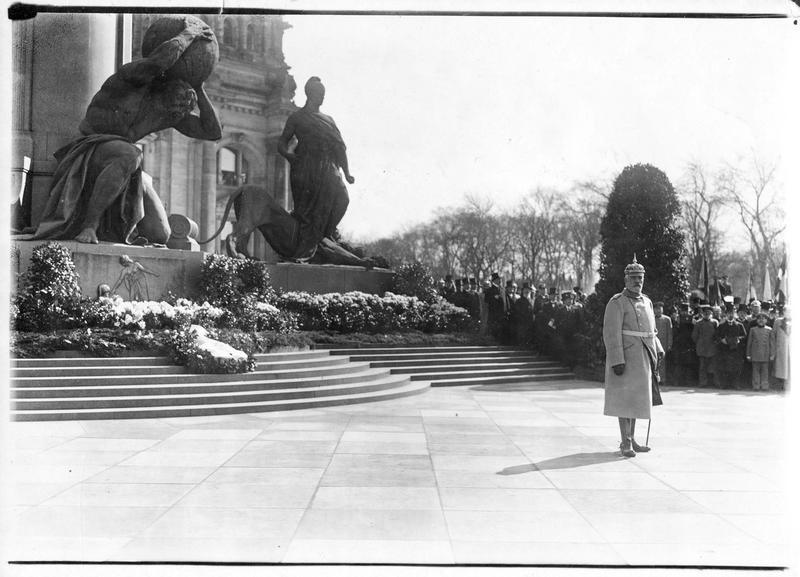 Bethmann Hollweg tenant un discours devant le monument de Bismarck