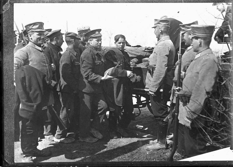 Distribution de pain aux prisonniers anglais