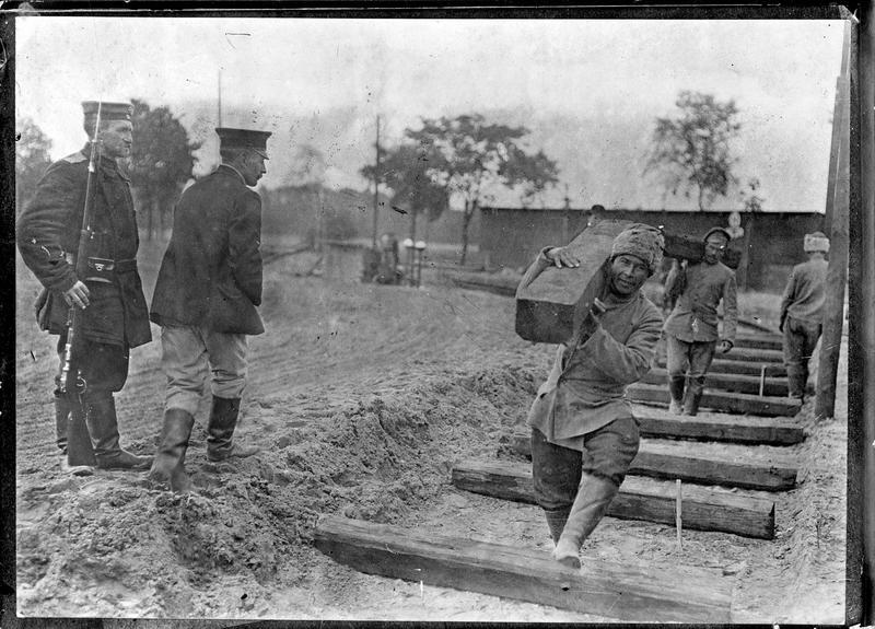 Prisonniers russe et anglais au travail [voie de chemin de fer]