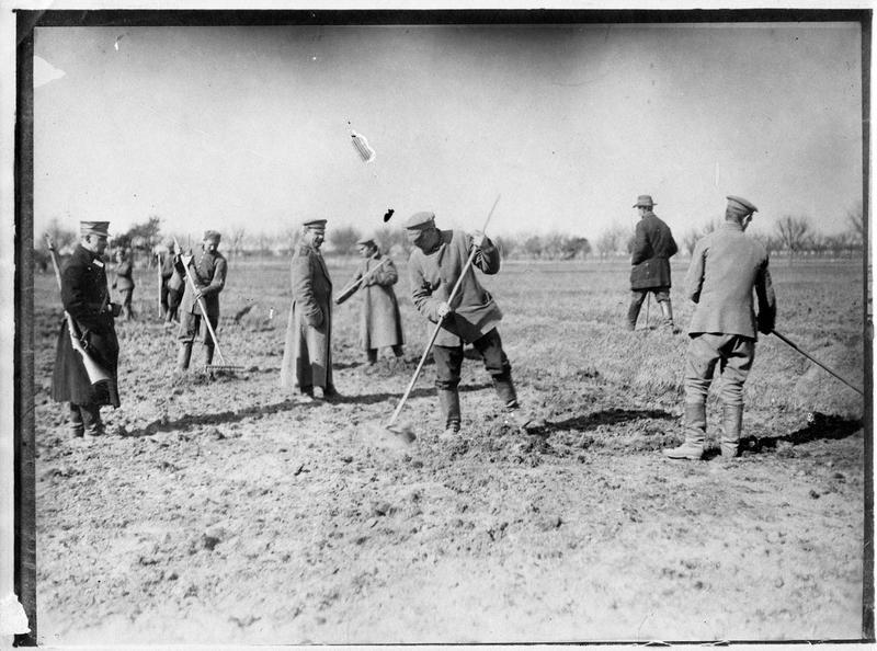 Prisonniers russes au travail [travaux des champs]. Transmis en avril 1915