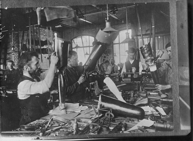 Fabrication de jambes articulées [intérieur d'atelier]. Prothèse