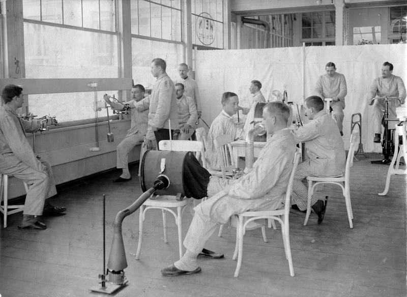 Sous le restaurant près du terrain de courses de Grunewald, on a installé un hôpital pour soigner les soldats blessés