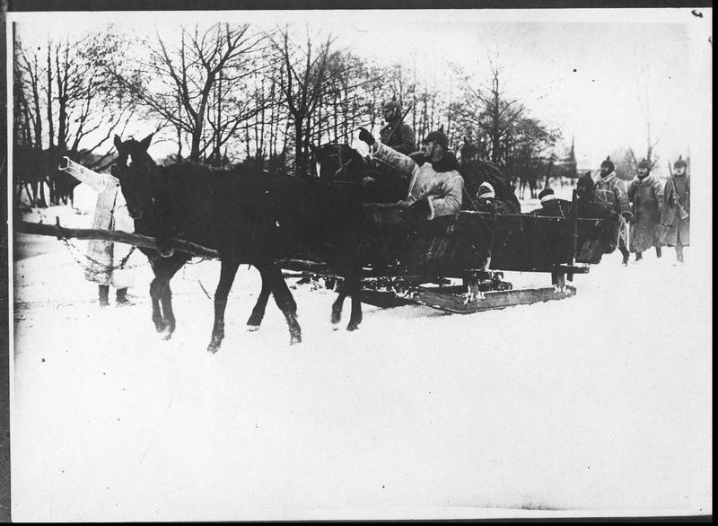 Prusse orientale. Transport de blessés allemands [en traîneaux]
