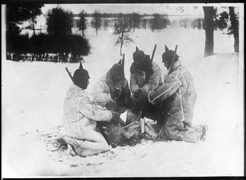 Prusse orientale. [Soldats allemands se réchauffant autour d'un feu de bois]