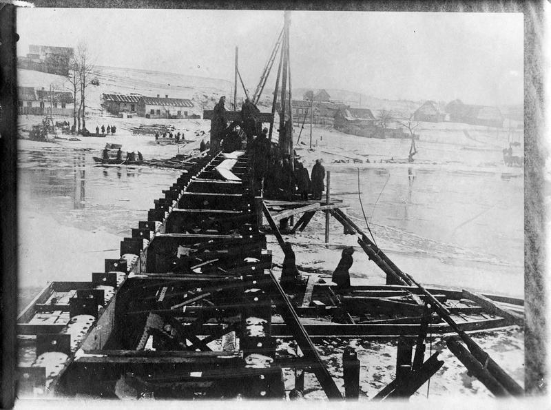 Réparation d'un pont de chemin de fer détruit par les Russes