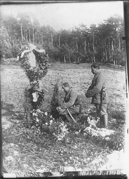 [Tombe décorée: un soldat allemand agenouillé et un autre debout]