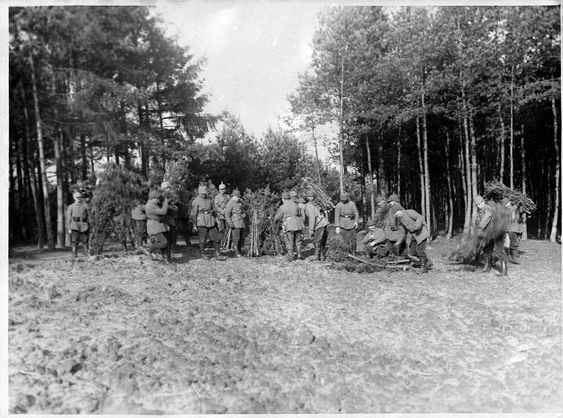 [Entraînement des nouvelles recrues du Landsturm]: fabrication de brancards pour les blessés