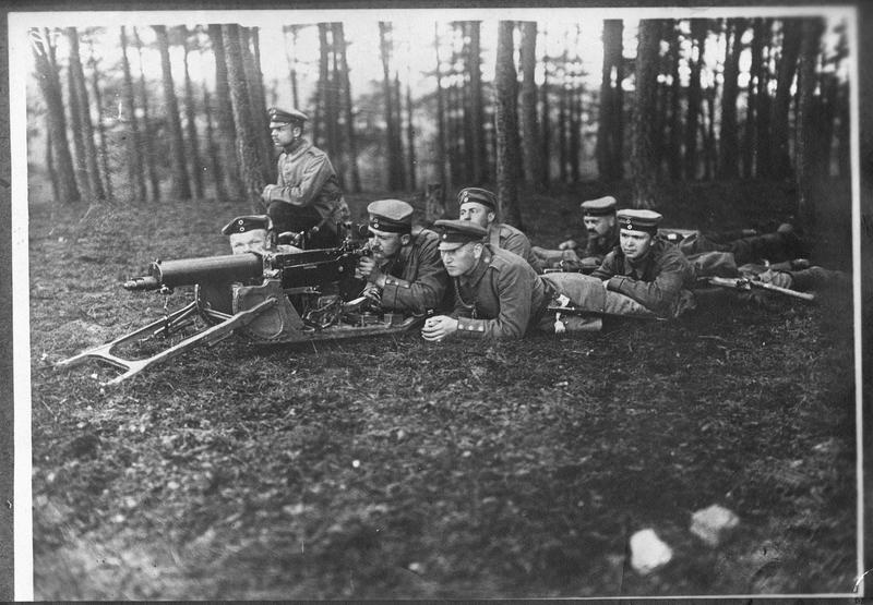 [Entraînement des nouvelles recrues du Landsturm]: exercice avec une mitrailleuse