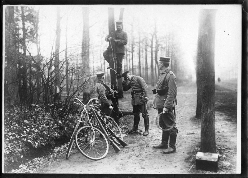 [Mise en place d'un téléphone de campagne]. Bicyclettes