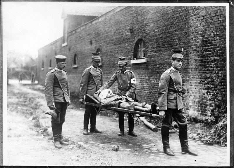 [Transport de blessé allemand sur un brancard]