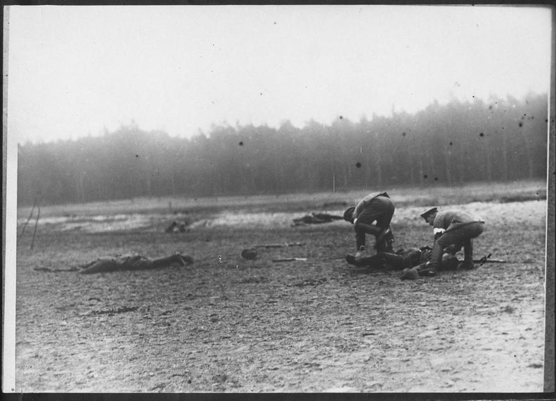 Brancardiers ramassant les morts après la bataille