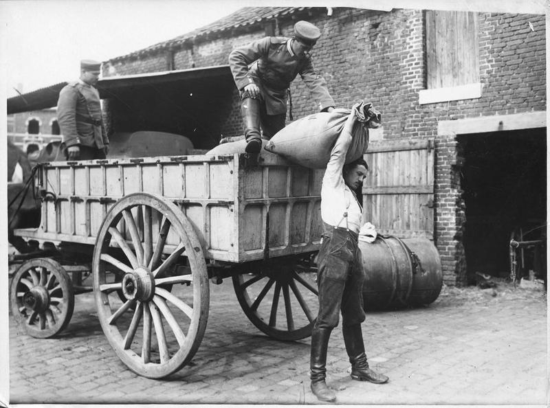 [Transport de sacs de blé]