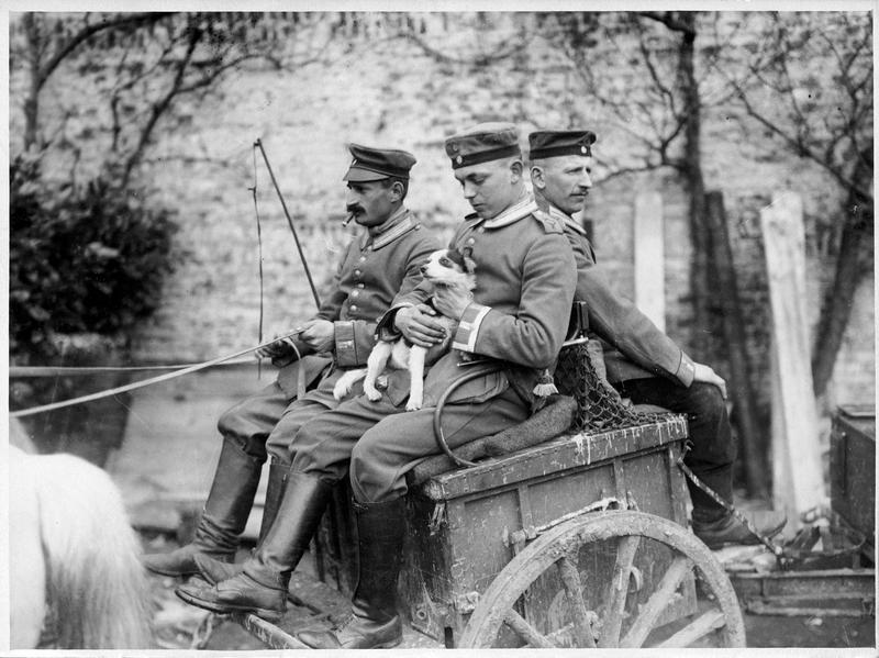 [Trois soldats et un petit chien sur une charrette]