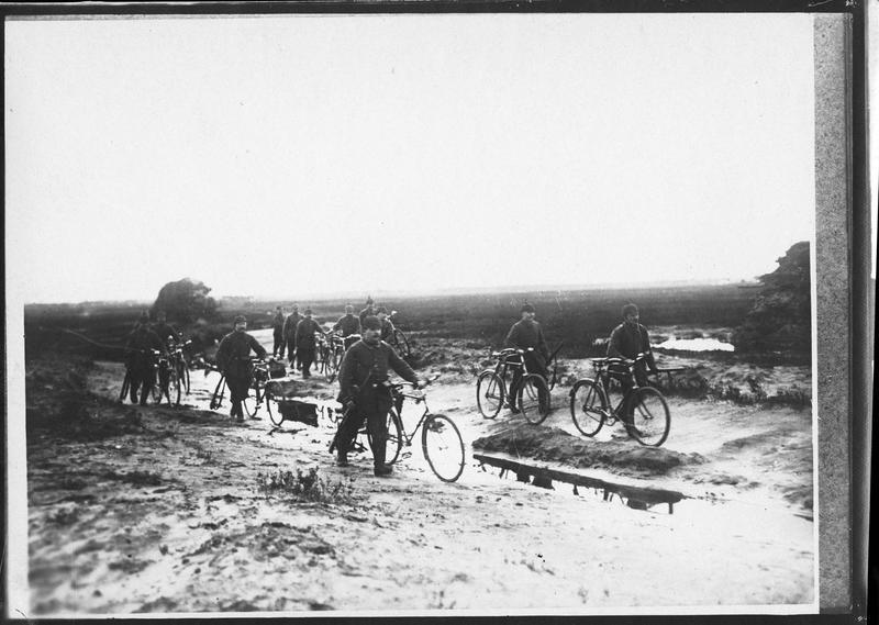 [Patrouille de cyclistes allemands en marche]