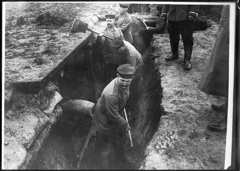 Construction de tranchées en arrière du front allemand