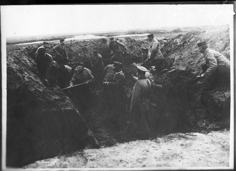 Construction d'un poste de commandement dans une tranchée à l'arrière