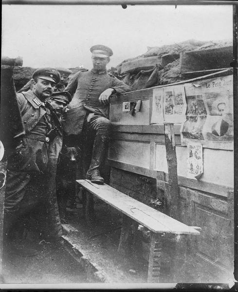 Tranchée française prise par les Allemands [journaux placardés]