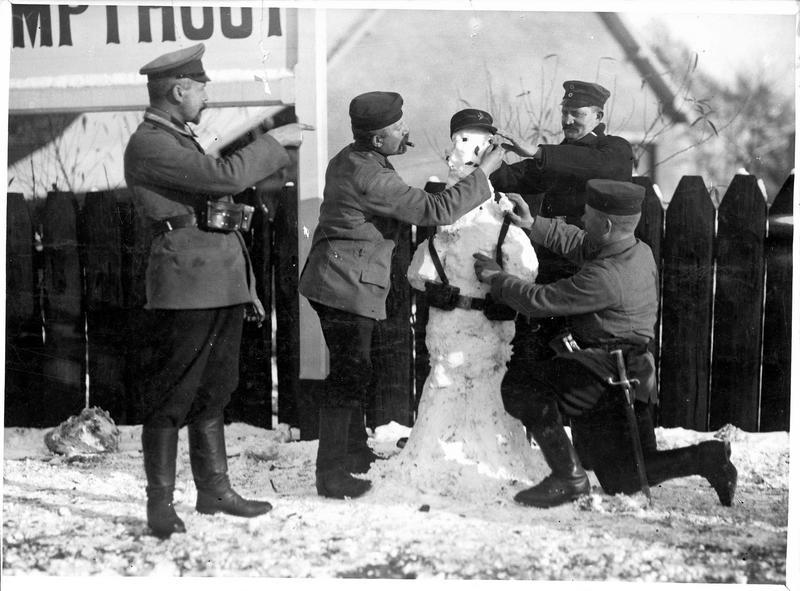 [Quatre soldats allemands confectionnant un bonhomme de neige]