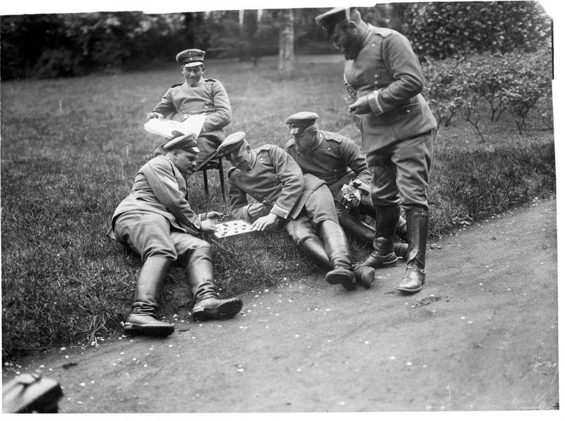 «Encore cinq héros» [groupe de soldats allemands jouant aux dames]